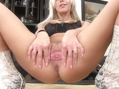 Nathaly - Pumping flesh