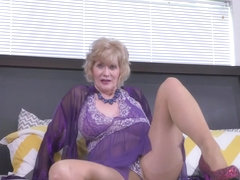 USA gilf Justine gives her hairy pussy a treat