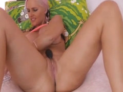 Blonde Babe With A Perfect Curves Masturbates Live